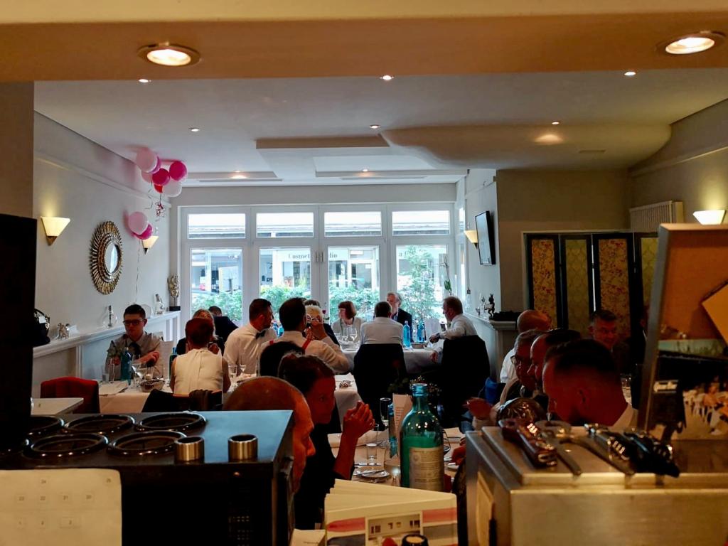 Innenansicht des Restaurants Estragon mit Gästen