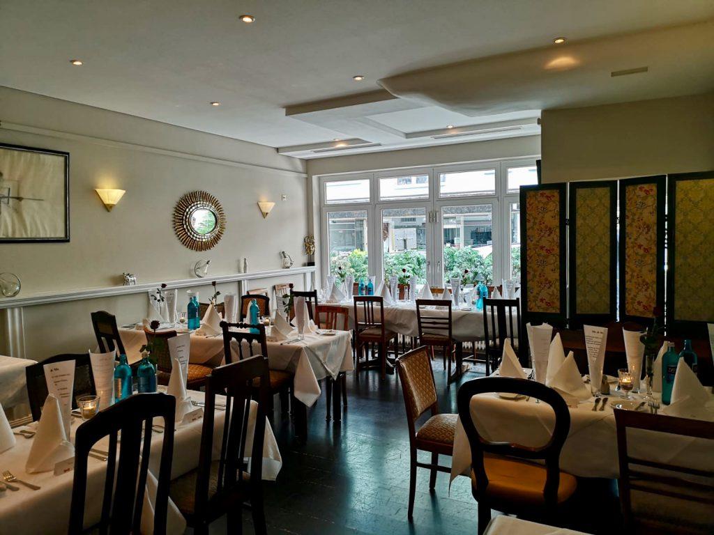 Innenansicht des Restaurants Estragon mit gedeckten Tischen hne Gäste